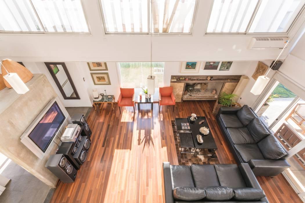 Salones modernos de barqs bisio arquitectos Moderno