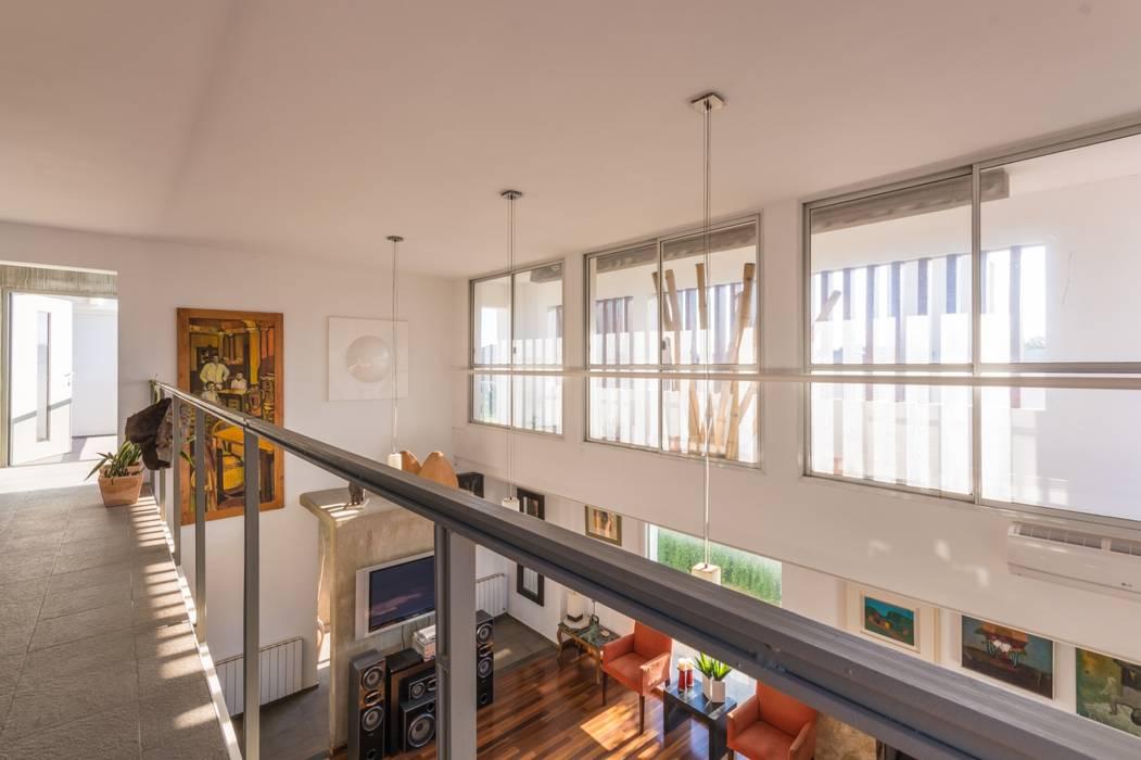 CASA LA SANTINA Pasillos, vestíbulos y escaleras modernos de barqs bisio arquitectos Moderno