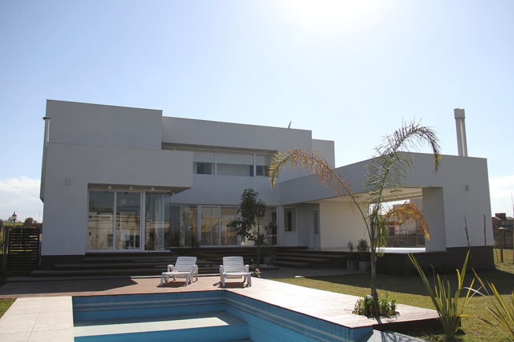 Priorizando la vida al exterior Casas modernas: Ideas, imágenes y decoración de CB Design Moderno