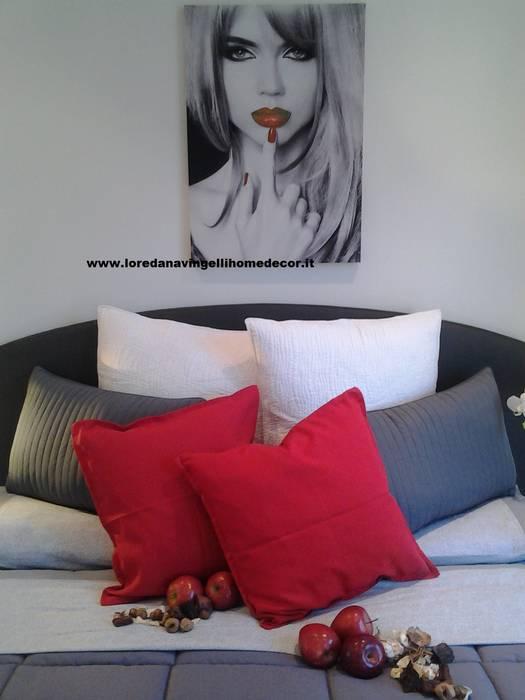52 RED PASSION: Camera da letto in stile in stile Moderno di Loredana Vingelli Home Decor