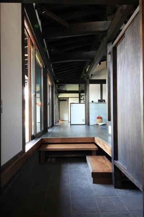 薪ストーブの家 群馬県 中之条町 田村建築設計工房 オリジナルスタイルの 玄関&廊下&階段