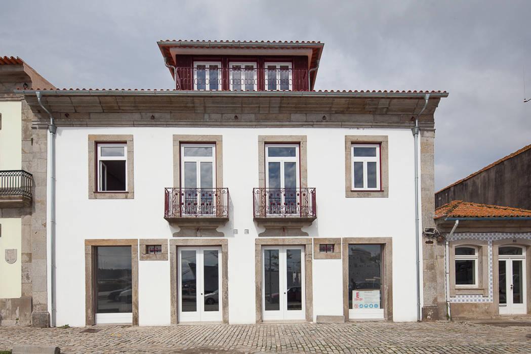 Reabilitação Casa junto ao Rio: Casas  por Marques Franco Arquitectos,Minimalista