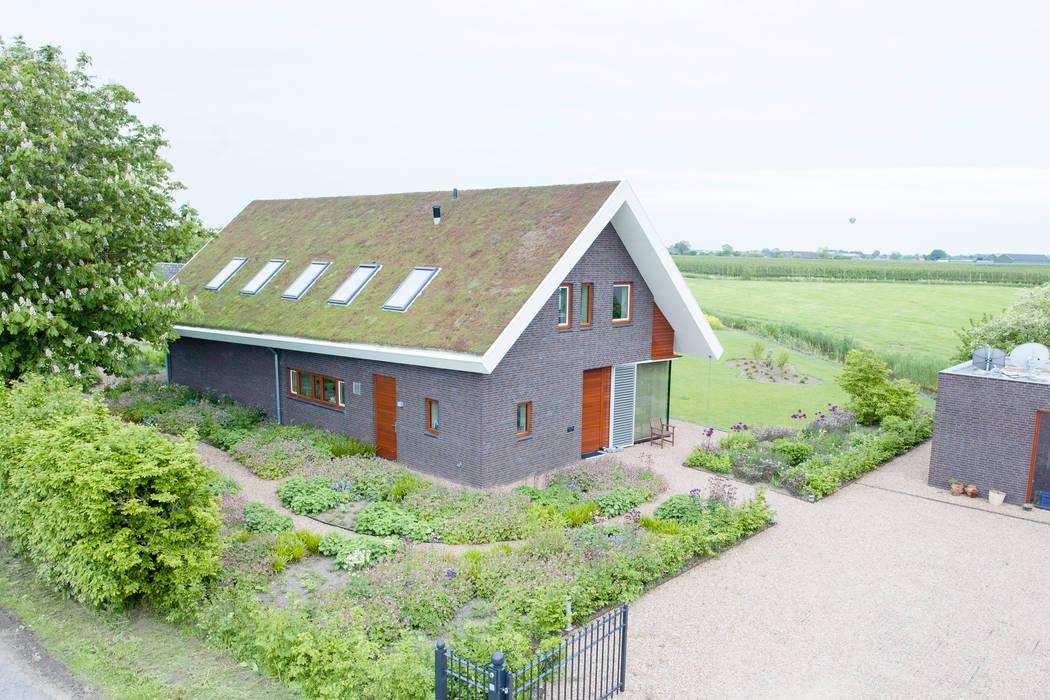 Moderne woning met 'groen dak'. Moderne tuinen van Dutch Quality Gardens, Mocking Hoveniers Modern