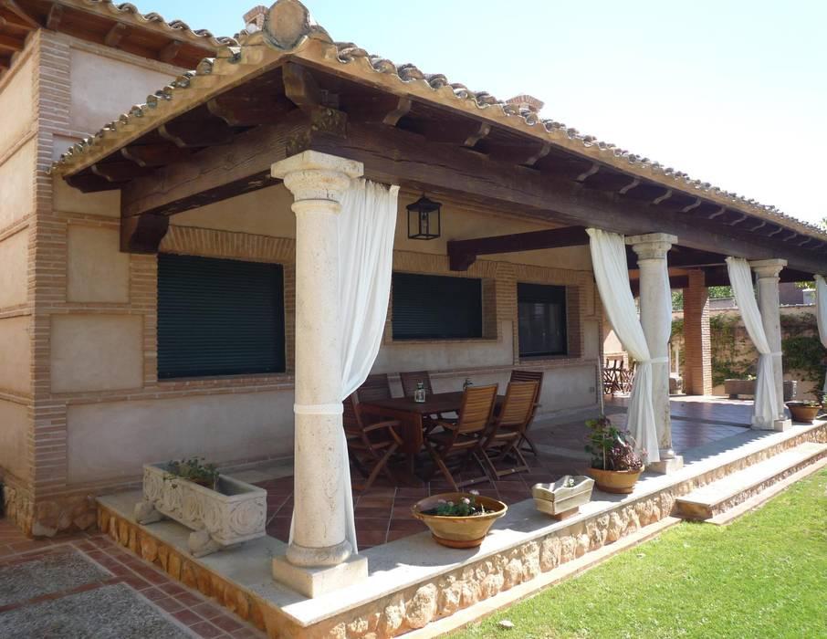 Country style balcony, veranda & terrace by CARLOS TRIGO GARCIA Country