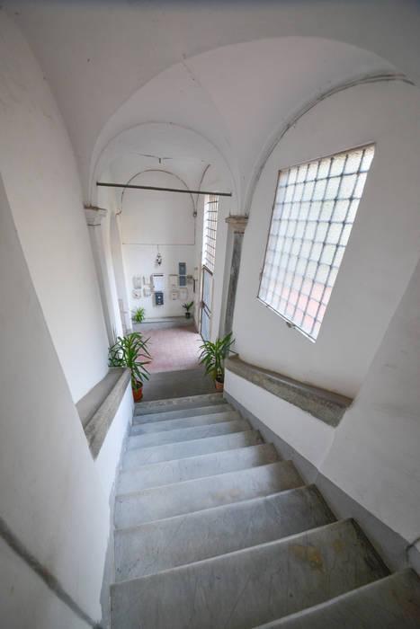 Scale del Palazzo: Ingresso & Corridoio in stile  di Studio Fori