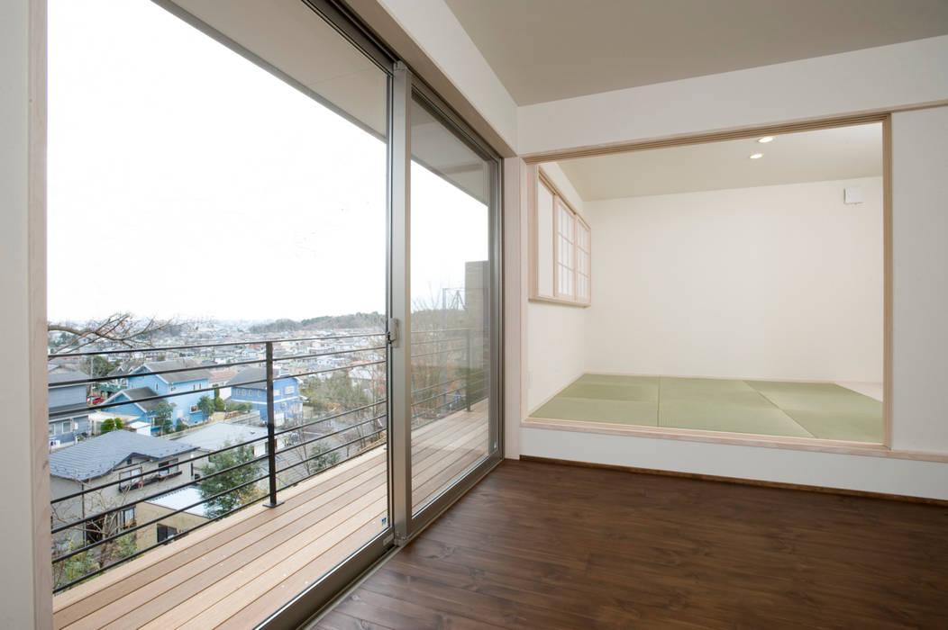 見晴らしの家: アトリエdoor一級建築士事務所が手掛けた寝室です。