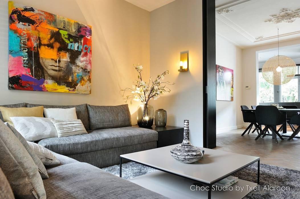 stadswoning met spicy details:  Woonkamer door choc studio interieur