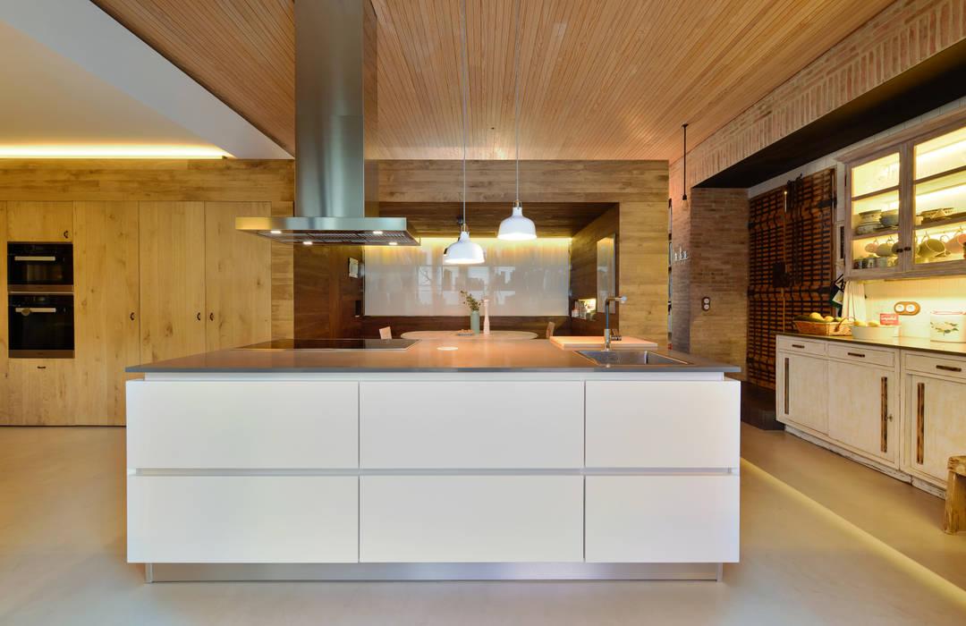 Modern style kitchen by Ricardo Moreno Arquitectos Modern