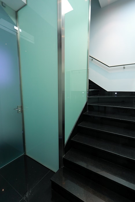 Couloir, entrée, escaliers modernes par construcciones y reformas Viguera Moderne