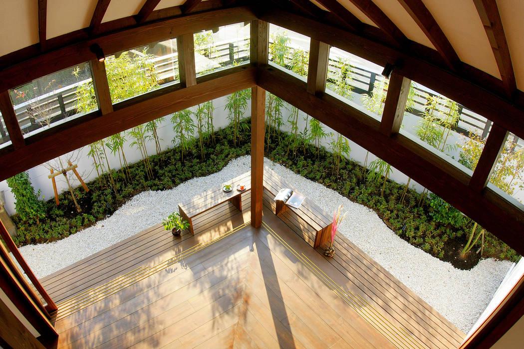2階から庭を望む フィールド建築設計舎 オリジナルデザインの テラス 木 白色