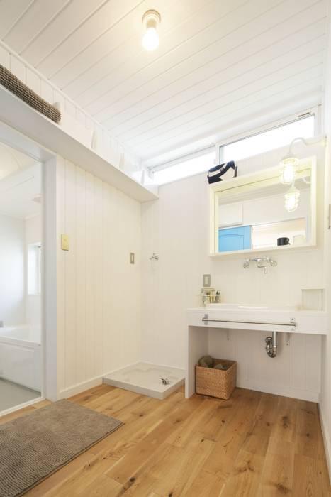 Scandinavian style bathroom by dwarf Scandinavian