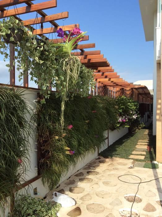 Pérgola Jardins modernos por maispaisagem Moderno Madeira Efeito de madeira