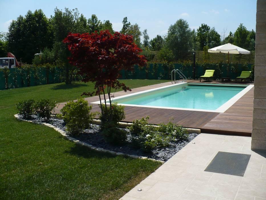 Pavimentazione piscina: Piscina in stile in stile Moderno di EMMEDUE di Ferruccio Mattiello