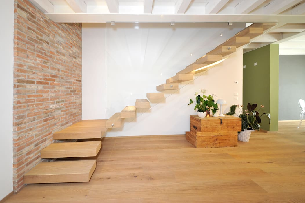 Pavimentazione in legno con scala EMMEDUE di Ferruccio Mattiello Soggiorno moderno Legno