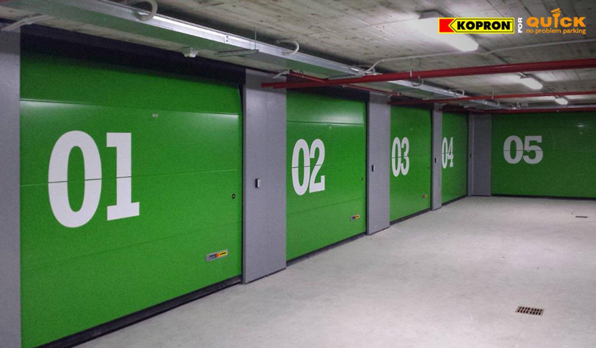 Portoni Sezionali per garage: Garage/Rimessa in stile in stile Moderno di Kopron S.p.A.