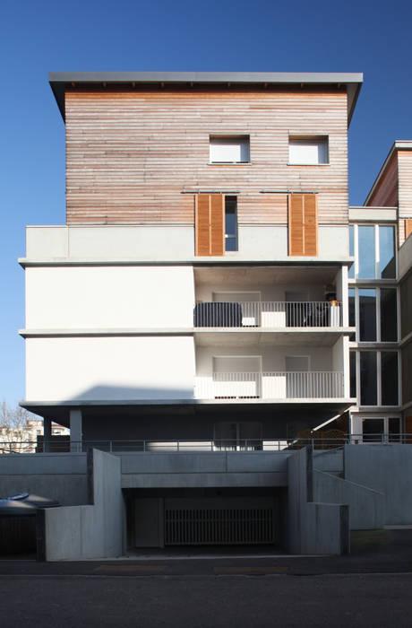 Exemple de réalisations Garage / Hangar modernes par atelierarchi.czomeno Moderne
