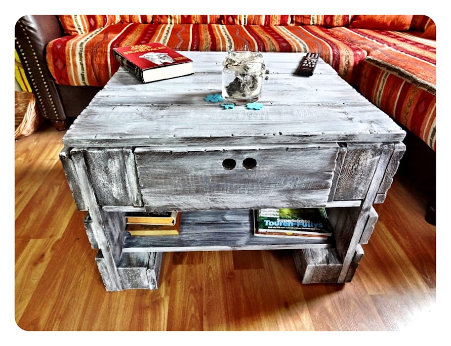 homify Living roomSide tables & trays Wood Grey