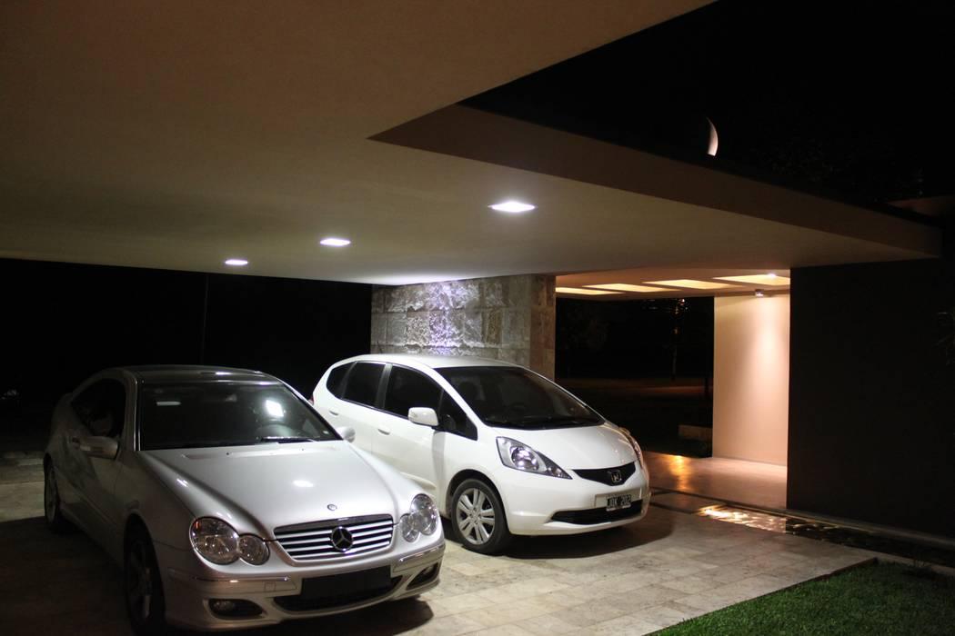 vivenda unifamilar MORENO Garajes modernos de cm espacio & arquitectura srl Moderno