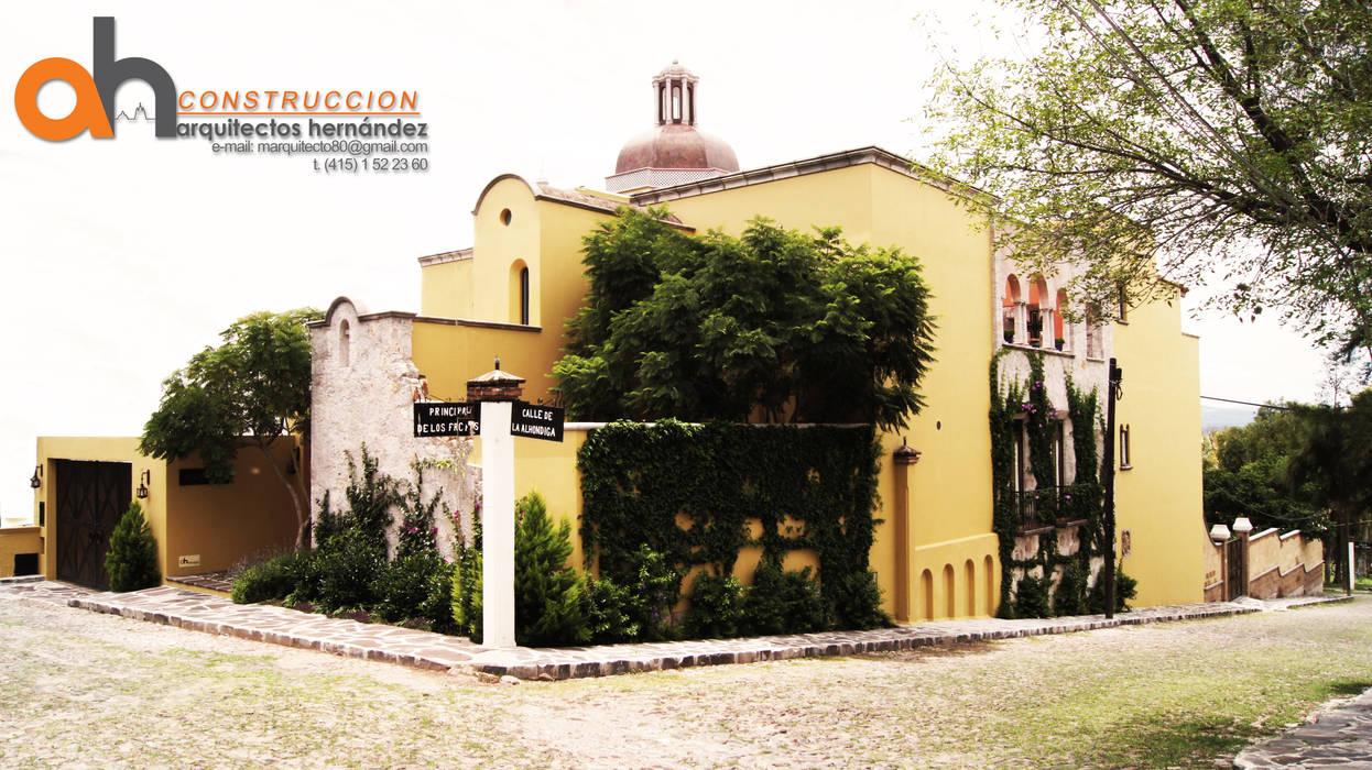 FACHADA CASA SWAB: Casas de estilo  por AH Arquitectos Hernandez, Ecléctico