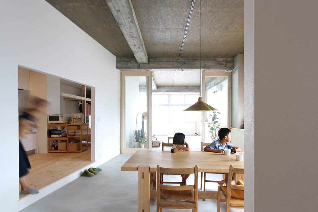 Salle à manger de style  par 今津修平/株式会社MuFF, Moderne