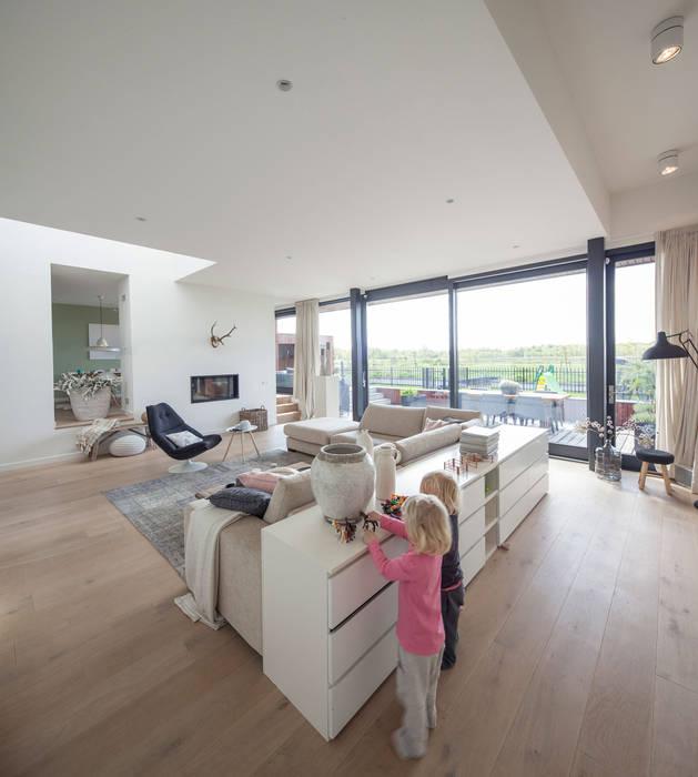 Salas de estar modernas por De Zwarte Hond Moderno