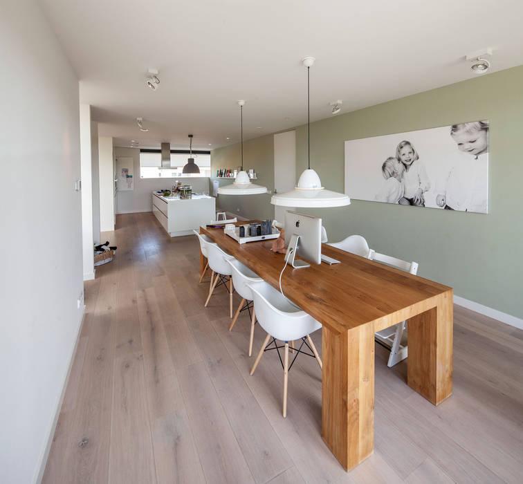 Salas de jantar modernas por De Zwarte Hond Moderno