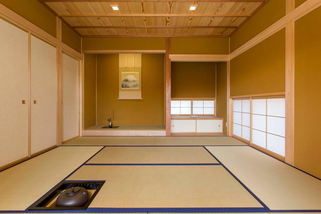 和室、床の間、炉 shu建築設計事務所 クラシックデザインの 多目的室