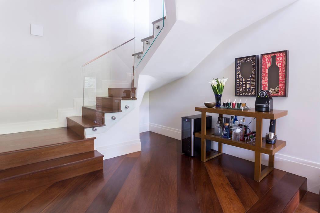 Pasillos y vestíbulos de estilo  de Danielle Tassi Arquitetura e Interiores,