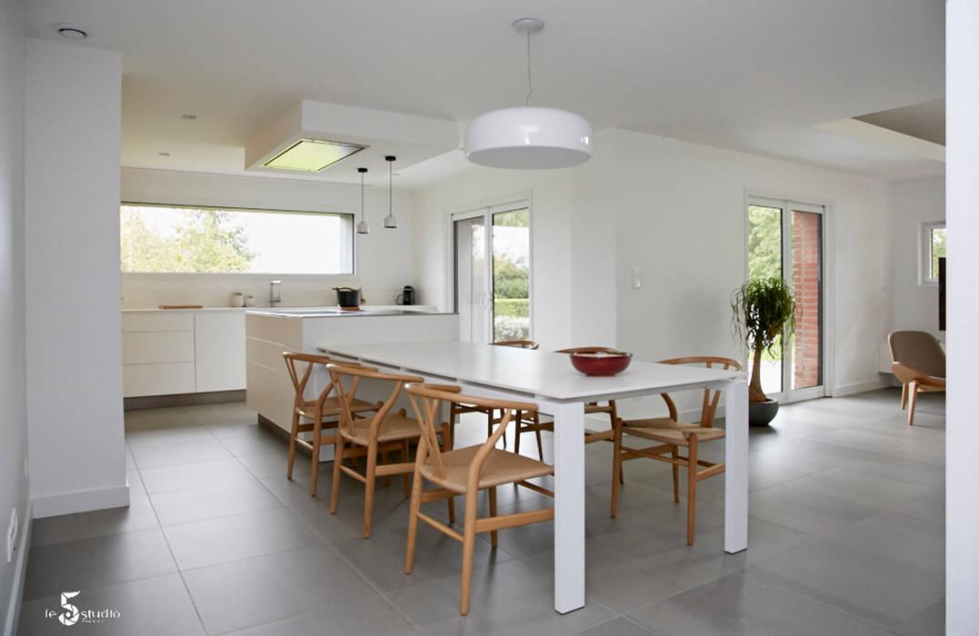 La cuisine se prolonge dans la salle à manger: Cuisine de style de style Minimaliste par Emilie Bigorne, architecte d'intérieur CFAI