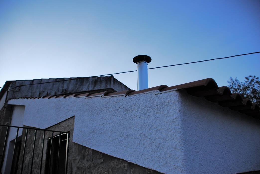 Out JOÃO SANTIAGO - SERVIÇOS DE ARQUITECTURA Casas rústicas Metal Branco
