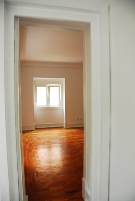 JOÃO SANTIAGO - SERVIÇOS DE ARQUITECTURA Eclectic style living room Solid Wood White