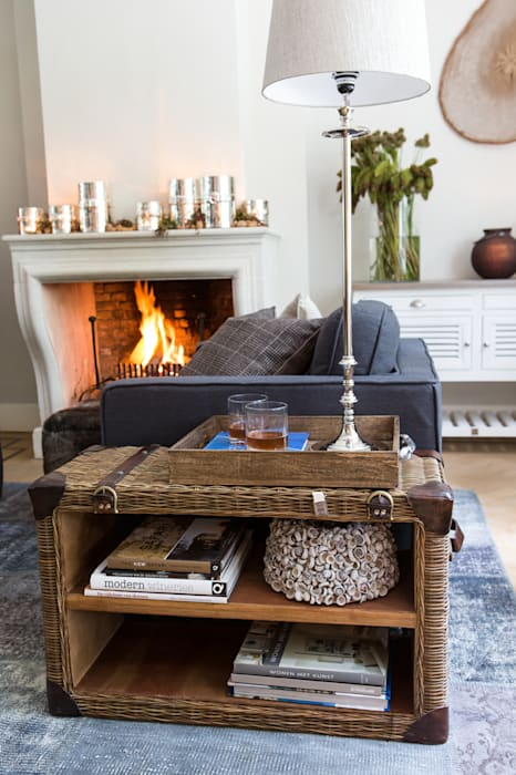 Wohnzimmer mit kamin und coffee table von riviera maison ...
