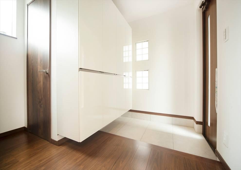 Modern Corridor, Hallway and Staircase by ナイトウタカシ建築設計事務所 Modern