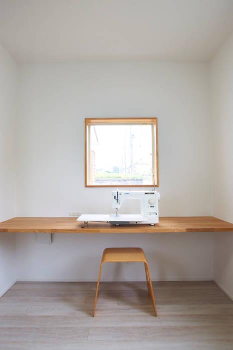 コートヤードとバイクガレージのある家 tai_tai STUDIO モダンデザインの 書斎