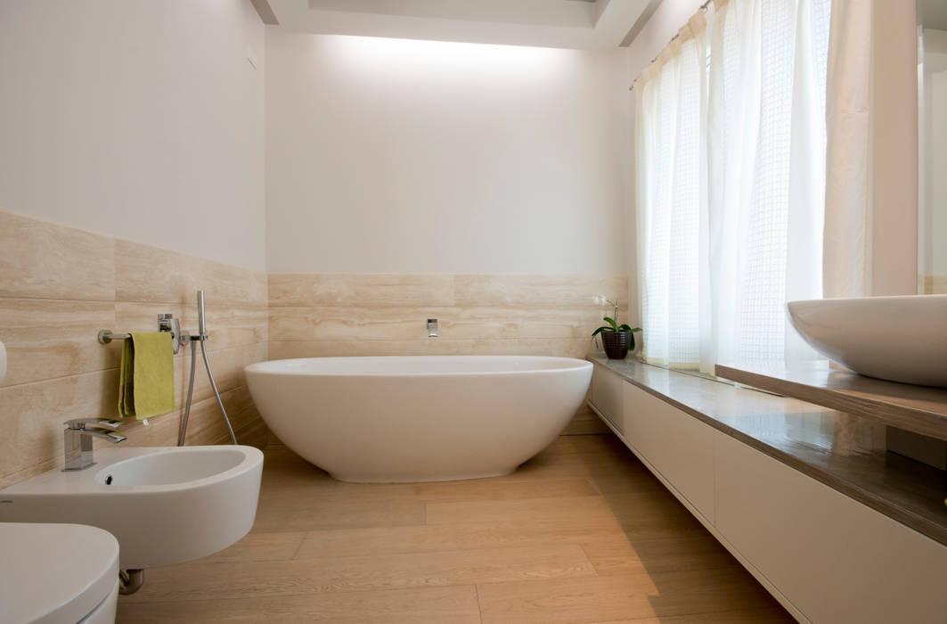 bagno padronale Bagno eclettico di bilune studio Eclettico