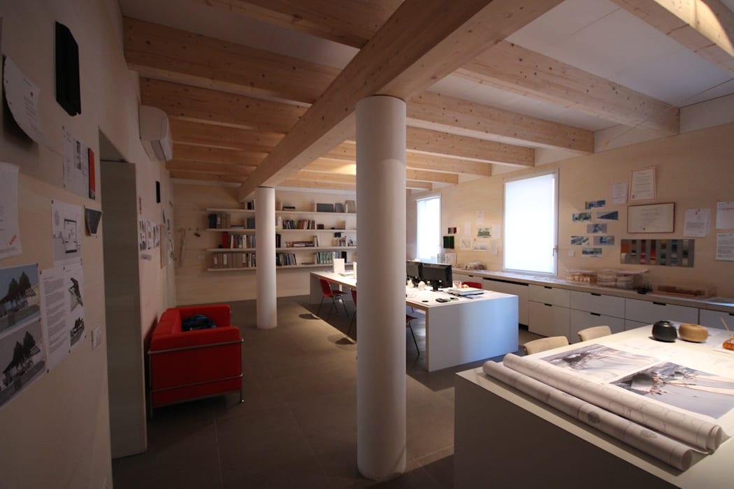 ufficio in centro storico a Rimini: Studio in stile  di Paolo Briolini Architettura