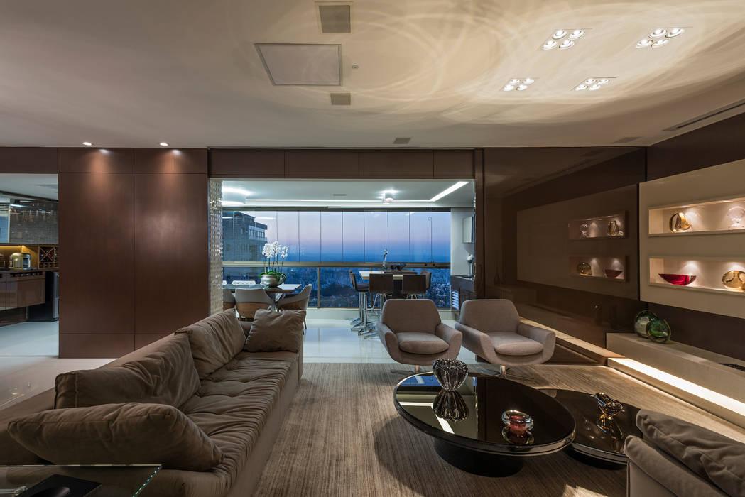 Apartamento Seis Pistas 2: Salas de estar  por Interiores Iara Santos,