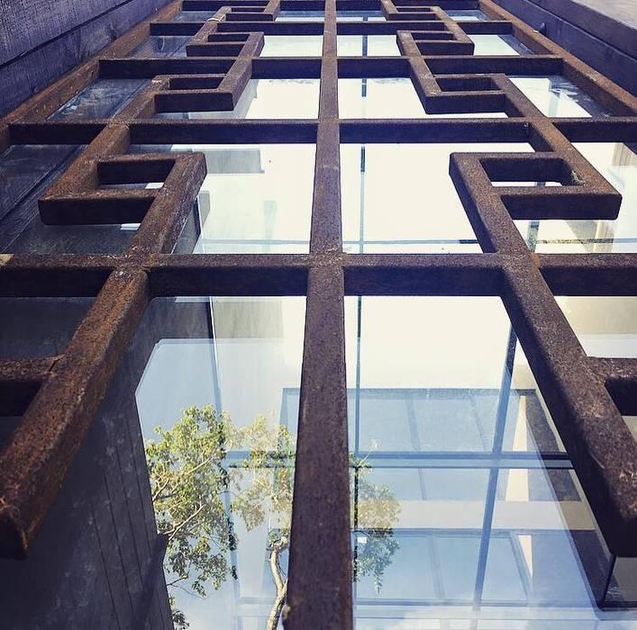Facade details : Casas de estilo  por JCandel, Moderno Metal