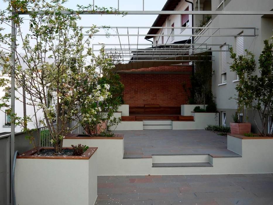 Balcones y terrazas de estilo moderno de Paola Thiella Moderno