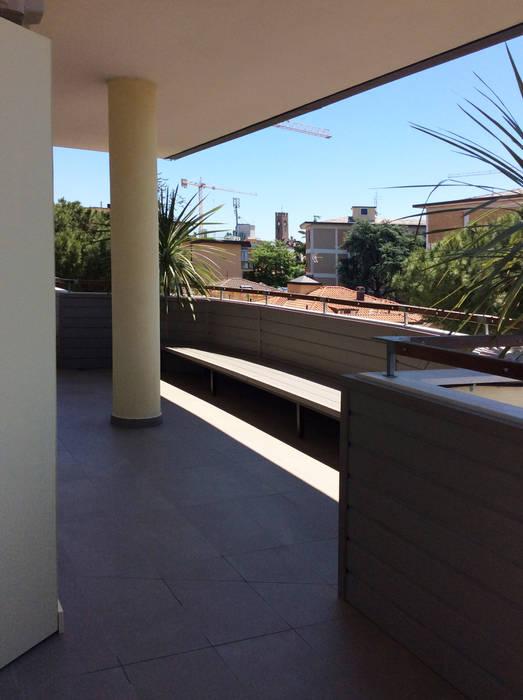 dehor urbano piano quarto: Terrazza in stile  di bilune studio