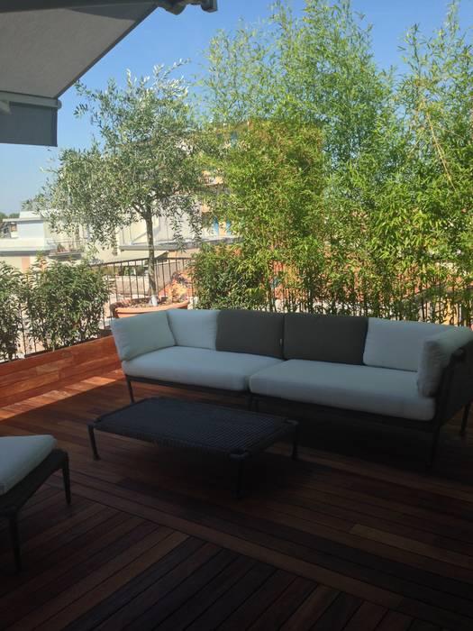 dehor sui tetti: Terrazza in stile  di bilune studio