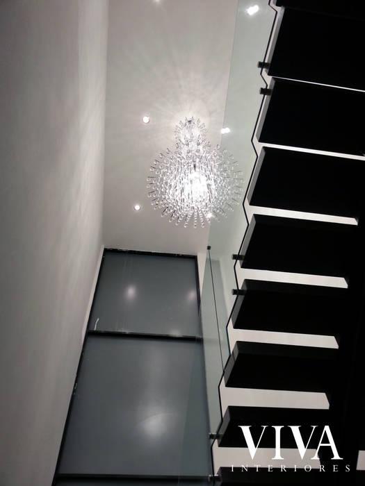 Candil Pasillos, vestíbulos y escaleras minimalistas de VIVAinteriores Minimalista
