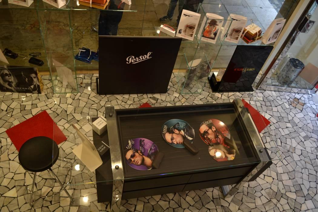 vista dal soppalco: Negozi & Locali commerciali in stile  di bilune studio