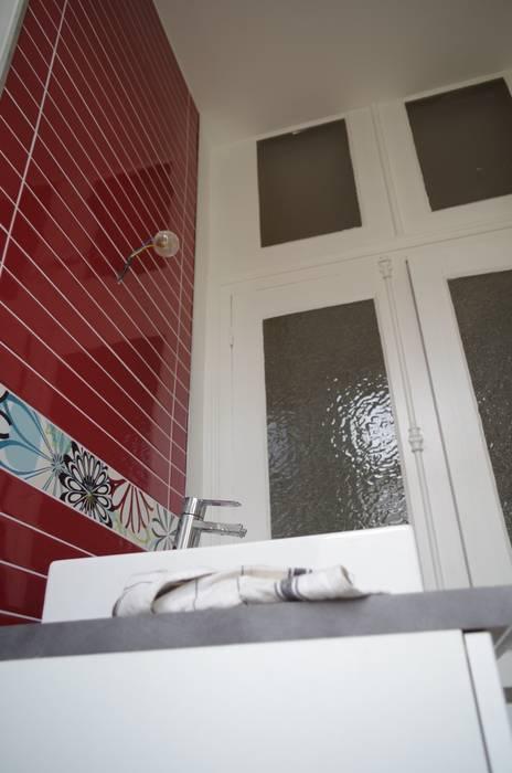 La nouvelle salle de bains  des enfants: Salle de bains de style  par Christèle BRIER Architechniques