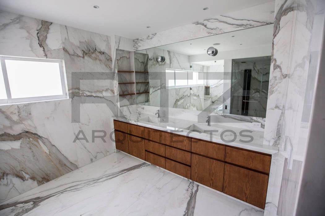 baño principal: Baños de estilo  por RTZ-Arquitectos