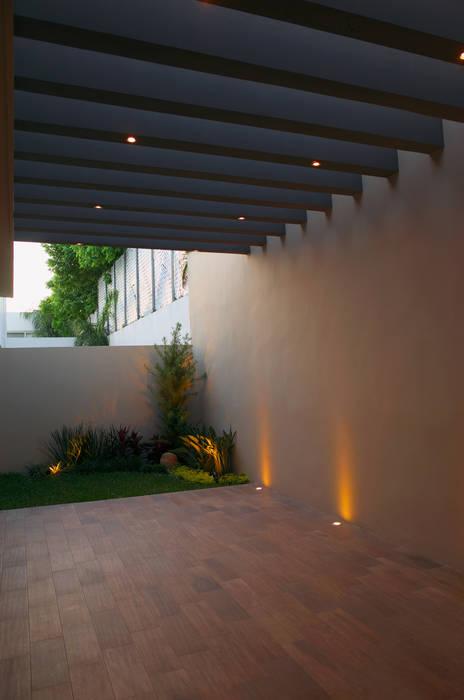 Patio fc3arquitectura Paredes y pisos de estilo moderno Cerámica
