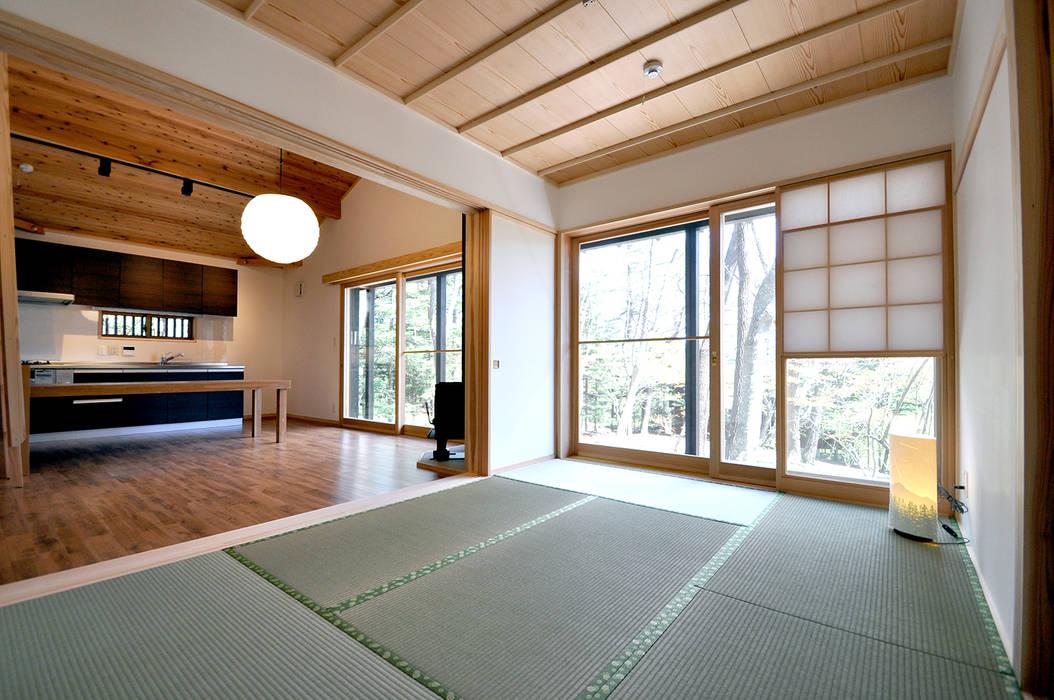 Dormitorios de estilo moderno de モリモトアトリエ / morimoto atelier Moderno Madera maciza Multicolor
