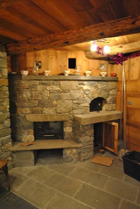 Caminetto con forno a legna: Sala da pranzo in stile in stile Rustico di Sangineto s.r.l