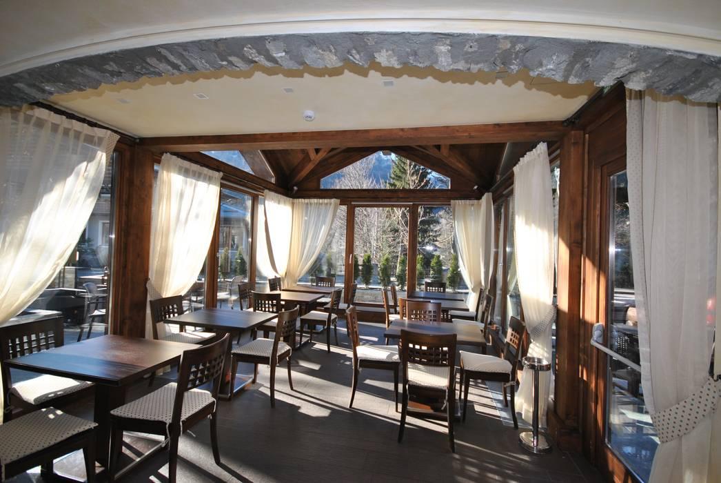 Sala da pranzo nel gazebo: Sala da pranzo in stile in stile Rustico di Sangineto s.r.l