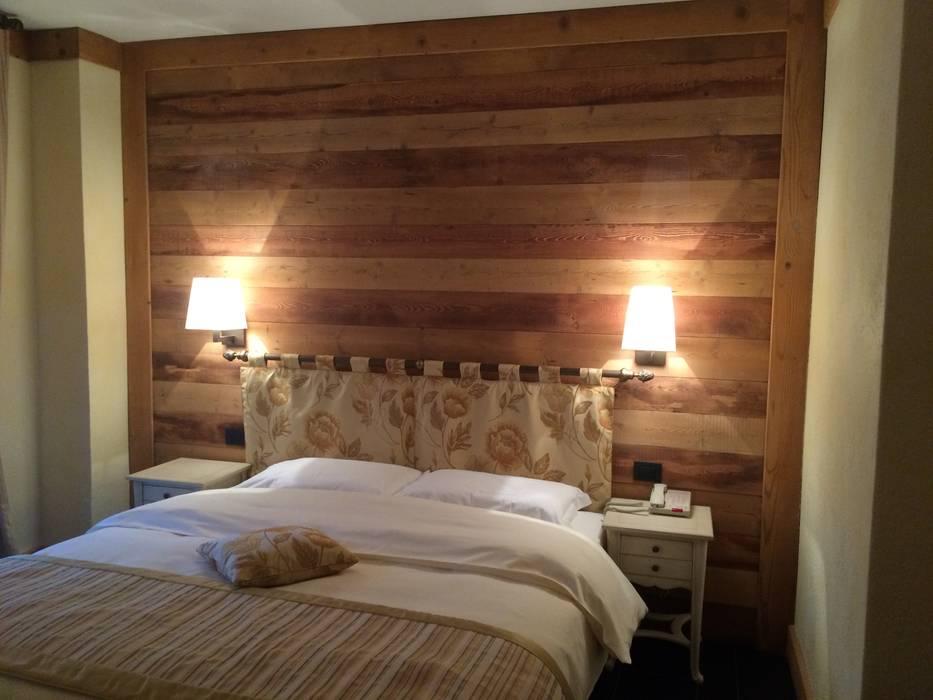 Camera da letto : Camera da letto in stile in stile Rustico di Sangineto s.r.l